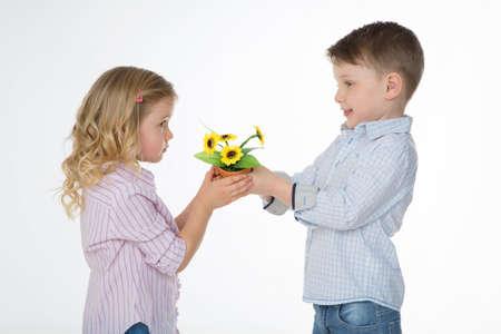 Enfant mâle faire une déclaration et de donner fleur à son meilleur ami Banque d'images - 34735356