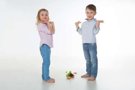 Deux enfants avec un vase tombée de la poterie Banque d'images - 34735358