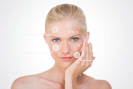 La beauté nordique d'appliquer la crème sur son visage Banque d'images - 34736478