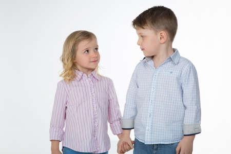 若い兄妹の手を握って