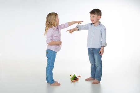 Dos hijos culpan unos a otros por un jarrón de flores caído Foto de archivo - 34736097