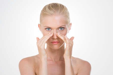rubia: chica rubia haciendo un masaje facial