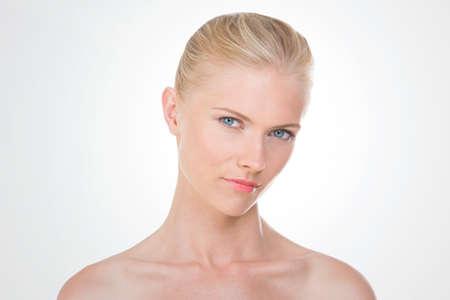gaze: blonde vrouw iets met verleidelijke blik kijken