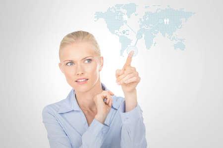 particolare: ragazza di affari che indica particolare punto sulla mappa del mondo