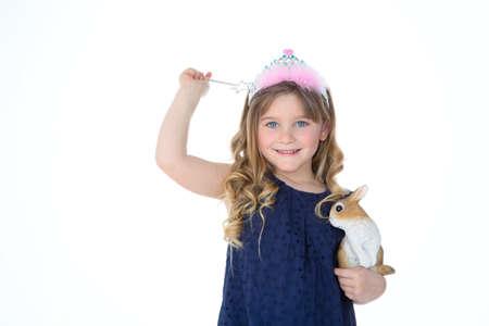 cetro: ni�a juega con el conejo y el cetro Foto de archivo