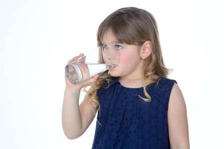kinderen: jong kind geniet van een glas vers water Stockfoto