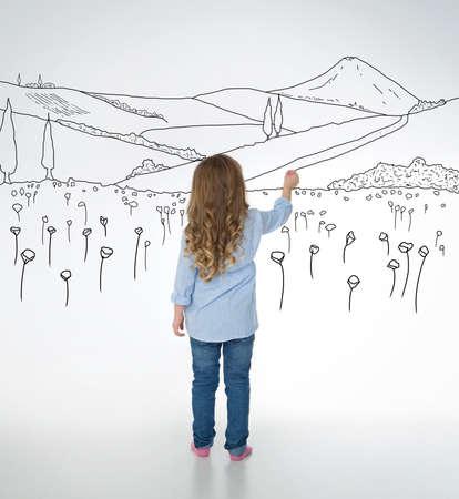 ragazze a piedi nudi: piccolo bambino disegna belle e dettagliate schizzi natura