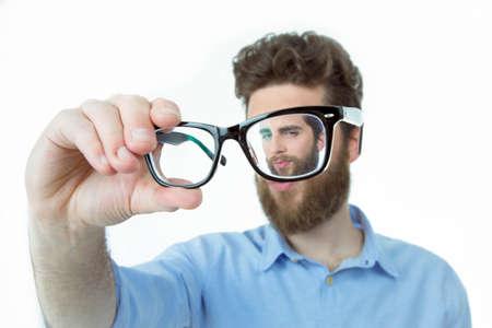 Ringard jeune homme vêtu d'un pull veste bleue, et des lunettes de maintien Banque d'images - 46597227