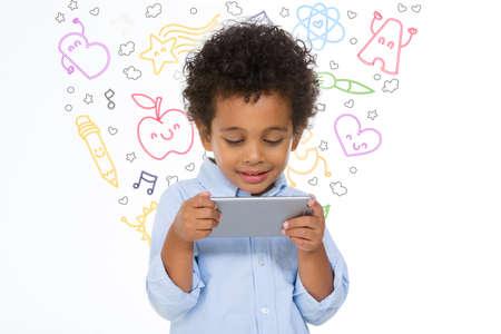 Garçon africain tenant et regardant quelque chose sur son smartphone Banque d'images - 47927388