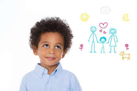 Petit garçon imaginer sa vie future dans une nouvelle maison avec les parents adoptifs Banque d'images - 47927968