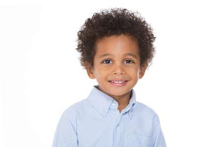 Garçon africain souriant et posant sur fond blanc Banque d'images - 48415480