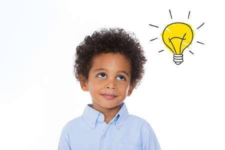 dessin enfants: petit garçon à la recherche à une idée créative Banque d'images