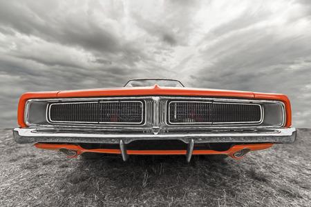 曇り空の下で車。