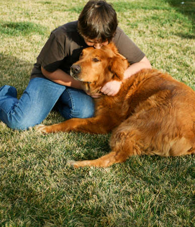 Sad tiener met grote rode hond Stockfoto