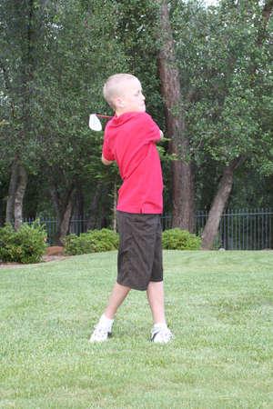 teen golf: Preadolescente var�n golfista balanceo duro