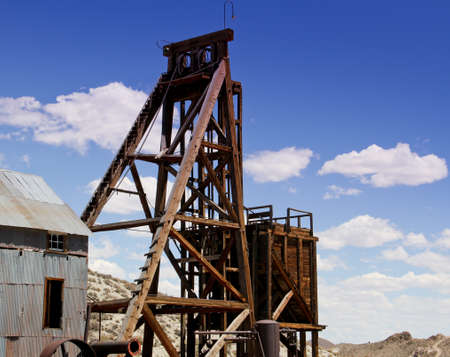 vintage wooden shaft head frame for Desert Queen mine Tonopah, NV 版權商用圖片 - 21420606