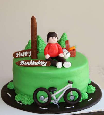 Grüne Geburtstagstorte mit Fahrrad und Radfahrer Standard-Bild - 32690644
