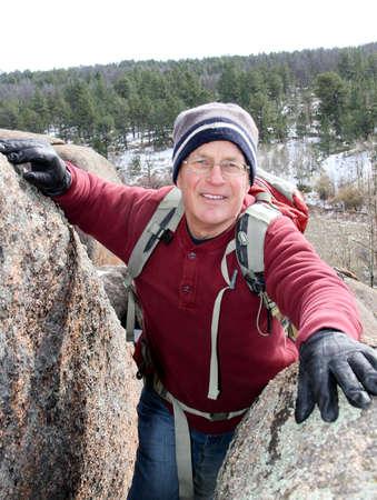 Happy senior männlichen Klettern durch Felsbrocken ohne Seil Standard-Bild - 30632148