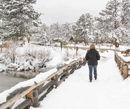 Senior female auf verschneiten Park trail Standard-Bild - 30918169