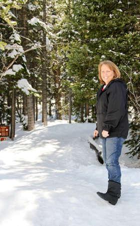 Senior female auf verschneiten Park trail Standard-Bild - 30863739