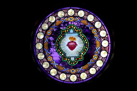 Runde Glasfenster malte Sacred Heart of Jesus mit schwarzem Hintergrund Standard-Bild - 32750195