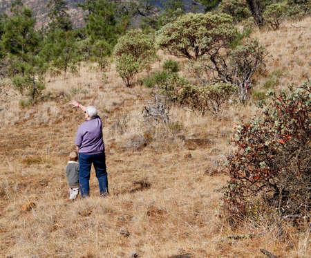 Blond männlichen Kind Wandern im Wald mit seiner Großmutter Standard-Bild - 32874169