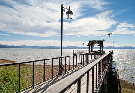 Szenische Pazifischen Ozean Pier mit Vintage Laternenpfahl und bewölkten blauen Himmel Standard-Bild - 32849042