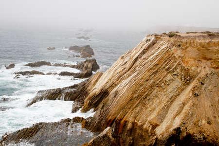 Wellen auf Nebel gehüllt felsigen Küste Kalifornien Klippe Standard-Bild - 33187492