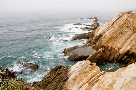 Waves on fog shrouded rocky calif coastline cliff 版權商用圖片 - 33143551