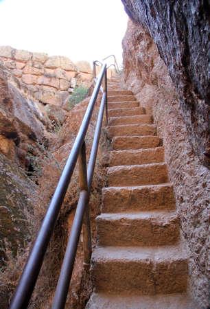 Red Steintreppe Schritte in Festgestein Fels gehauen Standard-Bild - 33394184