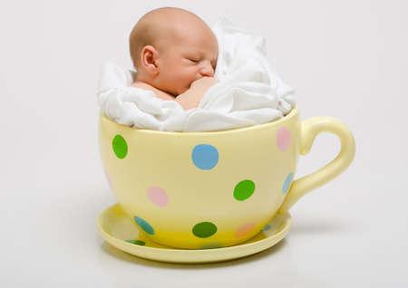 geburt: Neu geboren in gelb gefleckten Tasse