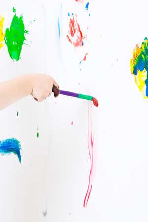 hand schilderen: Drie jaar oude jongen hand schilderen