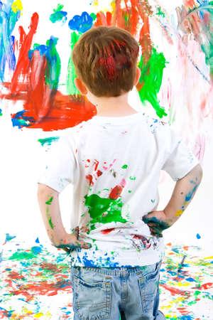 bewonderen: Drie jaar oude jongen bewonderen zijn eigen kunstwerk