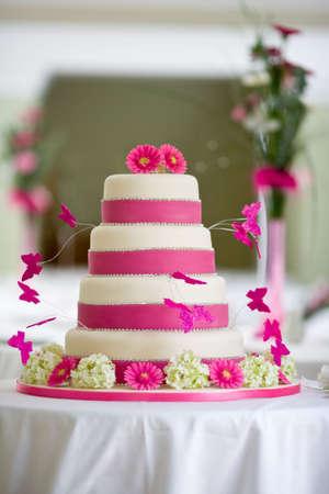 pastel de bodas: Pastel de boda hermosa con mariposas