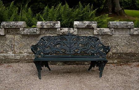 大規模な黒キャスト鉄の上に座る庭 benche 写真素材