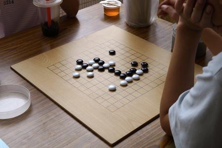 jugando ajedrez: Los ni�os est�n jugando ajedrez Foto de archivo