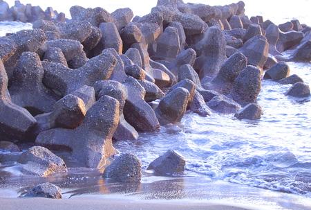 bloque de hormigon: Energ�a de las olas de disipaci�n de bloques de hormig�n Foto de archivo