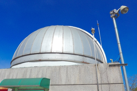 antena parabolica: Astronomical observatory dome closeup in blue sky