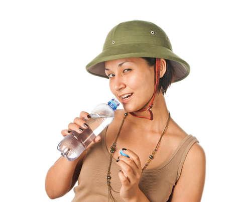 m�dula: Ni�a en un casco de m�dula con una botella de agua
