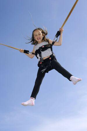 번 지 trampoline에서 재생하는 어린 소녀