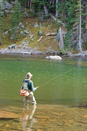 콜로라도에서 물 제물 낚시에 서있는 사람