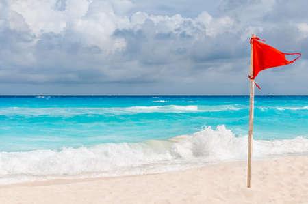 Drapeau rouge sur la plage Banque d'images
