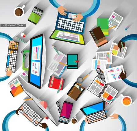 El trabajo en equipo Infografía y brainsotrming con estilo Flat. Una gran cantidad de elementos de diseño se incluyen: computadoras, dispositivos móviles, equipos de escritorio, lápiz, taza de café, sheeets, documentos, etc.