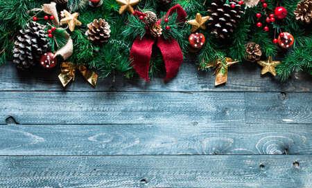 Merry Christmas Frame met echt hout groene pijnbomen, kleurrijke kerstballen, knopen met bessen en andere seizoensgebonden spullen op een oude houten oude achtergrond