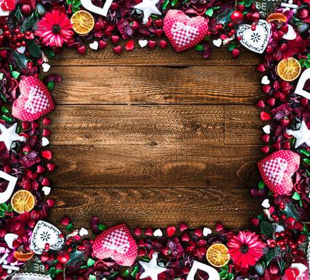 Fondo del día de San Valentín con el amor como tema elementos como los corazones de algodón y papel, flores, bayas, naranjas y otras decoraciones. Parquet de madera vieja en la parte posterior.
