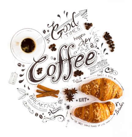 Tipografia disegnata a mano dell'iscrizione del caffè con vario testo a tema, brioches, spezie e beens del caffè in una composizione d'annata.