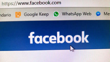 Facebook banner with cursor on the button of the interface. URL of the social network. Google Keep and WhatsApp Web Bookmarks Foto de archivo - 109378180