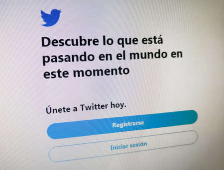 Spanish Twitter registration webpage. Discover what is happening in the world at this time. Join Twitter today. Register, login.