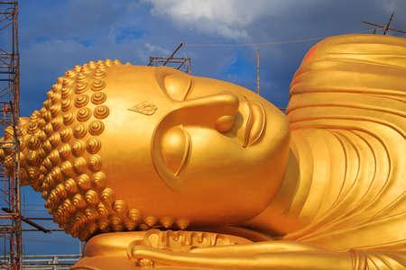 buddha statue: Reclining buddha statue