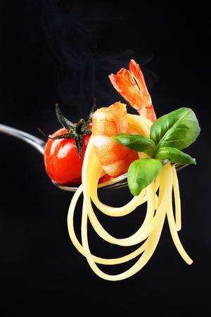 焼きミニトマト、エビとバジルの煙でフォークの添えリングイネ